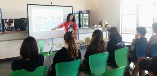 Presentación de San Fernando en Red frente a alumnos de la Escuela Escocesa San Andrés